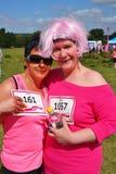 Deux femmes à la course pour l'événement de vie Images stock