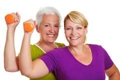 Deux femmes à la formation de forme physique Photos stock