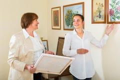 Deux femmes à la galerie d'art Photos stock