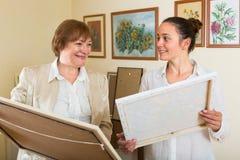 Deux femmes à la galerie d'art Image stock