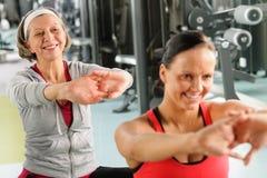 Deux femmes à la gymnastique s'étirent à l'extérieur Images libres de droits
