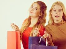 Deux femmes à la mode avec des paniers Photos libres de droits