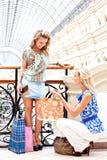 Deux femmes à un centre commercial Image libre de droits