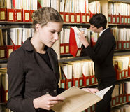 Deux femmes à une bibliothèque Image libre de droits