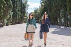Deux femmes élégantes marchant avec des valises Photo libre de droits