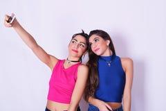 Deux femmes élégantes prenant un selfie Concept d'amitié Image stock