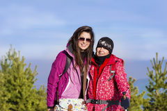 Deux femmes équipées de randonneur dans une haute montagne Photographie stock