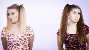 Deux femmes étant offensées obtenues la bosse Images stock