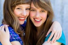 Deux femmes étreignant et souriant Photo stock