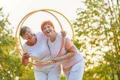 Deux femmes actives ayant l'amusement dans le parc Image stock