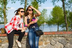 Deux femmes adultes appréciant une boisson chaude dehors Image stock