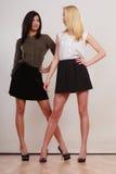 Deux femmes Africaine et pose caucasienne de mode Image stock