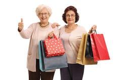 Deux femmes agées avec des paniers faisant le pouce vers le haut du geste Photo stock