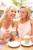 Deux femmes appréciant la cuvette de café Photographie stock libre de droits