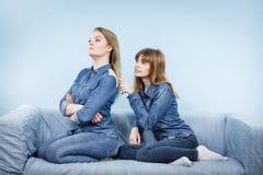 Deux femmes après discutent, femelle étant offensées Photos stock