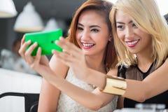 Deux femmes asiatiques élégantes posant pour un selfie Photo stock