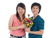 Deux femmes asiatiques avec des fleurs Photos stock