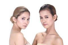 Deux femmes asiatiques avec la belle mode composent les cheveux enveloppés photographie stock libre de droits