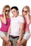 Deux femmes assez blondes avec le jeune homme beau Image libre de droits