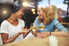 Deux femmes attirantes appréciant un verre de vin Photo stock