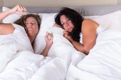 Deux femmes attirantes se réveillant l'un à côté de l'autre dans le lit Images libres de droits
