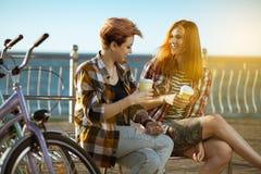 Deux femmes avec des bicycels photo stock