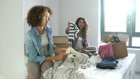 Deux femmes avec des boîtes dans la chambre à coucher entrant dans la nouvelle maison clips vidéos