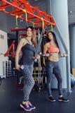 Deux femmes avec des haltères photo stock