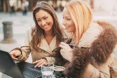 Deux femmes avec l'ordinateur portable Image libre de droits