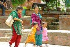 Deux femmes avec la promenade d'enfants dans la place de Durbar Photo stock