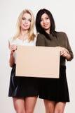 Deux femmes avec le conseil vide Photo libre de droits