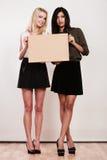 Deux femmes avec le conseil vide Photos libres de droits