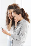 Deux femmes avec le téléphone portable Photographie stock