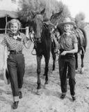 Deux femmes avec leurs chevaux (toutes les personnes représentées ne sont pas plus long vivantes et aucun domaine n'existe Garant Image stock