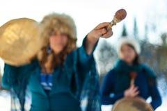 Deux femmes avec leurs tambours sacrés L'un d'entre eux indique un pilon le ciel image libre de droits