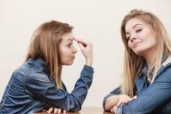 Deux femmes ayant discutent Photo stock