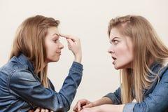 Deux femmes ayant discutent Photographie stock libre de droits