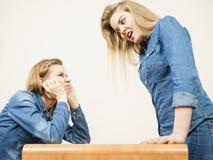 Deux femmes ayant discutent Images libres de droits