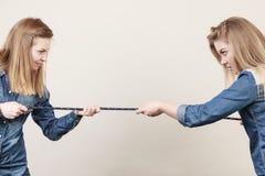 Deux femmes ayant discutent la corde de traction Image stock