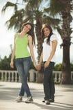 Deux femmes ayant l'amusement sous des palmiers Photo stock