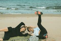 Deux femmes ayant l'amusement sur la plage photographie stock libre de droits