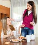Deux femmes ayant la querelle au-dessus de la table de thé Photographie stock
