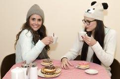 Deux femmes ayant le café Images libres de droits