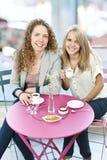 Deux femmes ayant le café Image stock