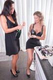 Deux femmes ayant une bouteille de champagne Photographie stock libre de droits