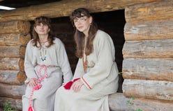 Deux femmes blancs dans des vêtements folkloriques Photographie stock libre de droits