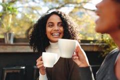 Deux femmes buvant du café à un café Image stock
