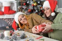 Deux femmes célébrant Chrismas Image libre de droits