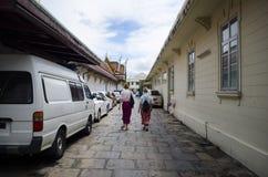 Deux femmes caucasiennes marchant à l'intérieur du temple thaïlandais Images stock