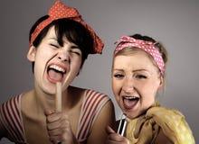 Deux femmes chantant ensemble. Photo stock